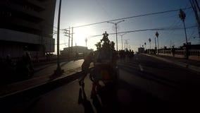 Geschmückte Replikstatue des schwarzen Nazaräers wird durch barfuß reuevolles in der Prozession getragen Schattenbilder stock video