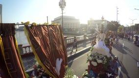 Geschmückte Replikstatue des schwarzen Nazaräers wird durch barfuß reuevolles in der Prozession getragen Schattenbilder stock footage