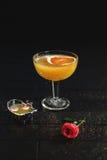 Geschmücktes Cocktail auf schwarzem Hintergrund Lizenzfreie Stockfotografie