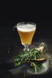 Geschmücktes Cocktail auf schwarzem Hintergrund Stockfoto
