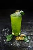 Geschmücktes Cocktail auf schwarzem Hintergrund Stockbilder
