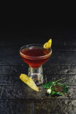Geschmücktes Cocktail auf schwarzem Hintergrund Stockfotografie