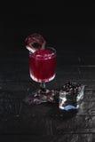 Geschmücktes Cocktail auf schwarzem Hintergrund Lizenzfreies Stockfoto