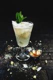 Geschmücktes Cocktail auf schwarzem Hintergrund Stockfotos