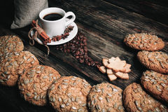 Geschmacktasse kaffee mit gebratenen Körnern stockfotografie