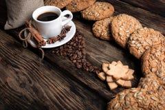 Geschmacktasse kaffee mit gebratenen Körnern stockfotos