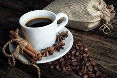 Geschmacktasse kaffee mit gebratenen Körnern stockbilder