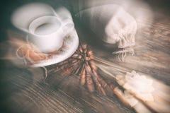 Geschmacktasse kaffee mit gebratenen Körnern lizenzfreie stockbilder