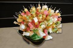 Geschmackvoll, gesund, Lebensmittel von den Beeren und Früchte auf festlicher Tabelle lizenzfreies stockbild