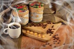 geschmackvoll Kaffeetasse und ein Text, bestanden aus Crackern stockfotografie