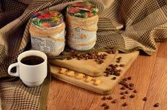 geschmackvoll Kaffeetasse und ein Text, bestanden aus Crackern stockbilder