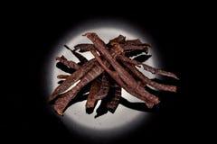 Geschmackvoll, knusperig, Fleisch, geräucherter, klarer Imbiss auf einem schwarzen Hintergrund stockfotos