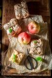 Geschmackvoll nehmen Sie Apfelkuchen mit Krümel und Zuckerglasur weg Lizenzfreie Stockfotos