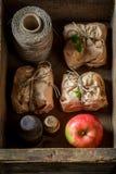Geschmackvoll nehmen Sie den Apfelkuchen weg, der in einem grauen Papier verpackt wird Stockbild
