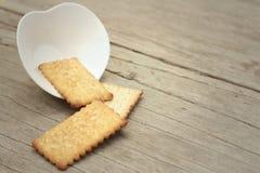 Geschmackvoll von den Crackern auf einer hölzernen Tabelle Lizenzfreies Stockfoto