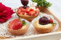 Geschmackvoll von mischenden Fruchtkleinen kuchen stockfoto
