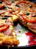 Geschmackvolle appetitanregende Pizza auf der Platte Lizenzfreies Stockfoto