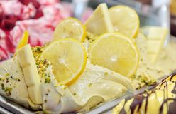 Geschmackvolle appetitanregende süße Eiscreme mit Zitrone Lizenzfreies Stockfoto