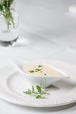 Geschmackvolle Bechamelsoße oder weiße Soße mit dem frischen Grün Stockfotos