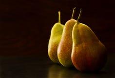 Geschmackvolle Birnen auf einem dunklen Hintergrund Lizenzfreies Stockbild