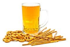 Geschmackvolle Brezeln, Breadsticks und helles Bier lizenzfreies stockfoto