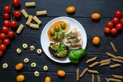 Geschmackvolle bruschettas mit Parma, italienischer Schinken, rucola, olivgrüne Teigwaren, Stockbilder