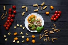 Geschmackvolle bruschettas mit Parma, italienischer Schinken, rucola, olivgrüne Teigwaren, Lizenzfreie Stockbilder