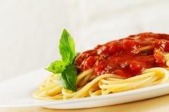 Geschmackvolle bunte appetitanregende gekochte italienische Teigwaren der Spaghettis mit zu Stockfoto