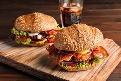Geschmackvolle Burger mit Speck lizenzfreie stockfotos