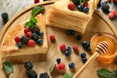 Geschmackvolle dünne Pfannkuchen mit Beeren an Bord Lizenzfreies Stockbild