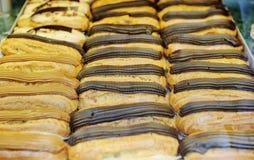 Geschmackvolle Eclairs an im französischen Bäckereispeicher Lizenzfreies Stockbild