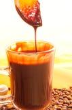 Geschmackvolle flüssige Schokolade auf Glas Lizenzfreies Stockfoto