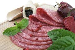 Geschmackvolle frische Scheiben Salami. Stockbilder
