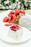 Geschmackvolle Fruchttorte und Blumenstrauß der Mohnblume blüht auf weißer Tabelle Lizenzfreies Stockbild