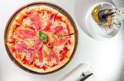 Geschmackvolle ganze italienische Pizza überstieg mit dünn geschnittenem Prosciuttoschinken Selektiver Fokus Stockbilder
