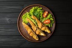 Geschmackvolle gebackene Fische auf Platte Stockfoto