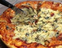 Geschmackvolle gebackene Pizza mit Messer Lizenzfreie Stockfotos