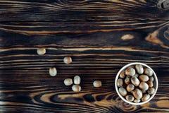 Geschmackvolle gebratene Haselnuss auf Holz Stockfoto
