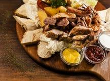 Geschmackvolle gegrillte Fleischplatte Stockbild