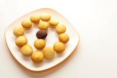 Geschmackvolle gelbe Muffins und Schokoladenmuffin in der Mitte Stockfotos