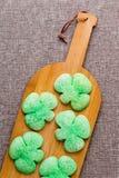 Geschmackvolle grüne Shamrockplätzchen für St Patrick Tag Lizenzfreies Stockfoto