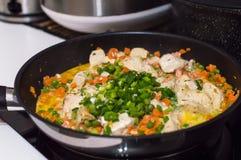 Geschmackvolle Hühnerleiste mit Zwiebel und Karotte sauce Stockbild