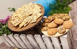 Geschmackvolle Hafermehlplätzchen mit Samen des indischen Sesams auf hölzernen Brettern an verziertem Tisch stockbilder