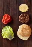 Geschmackvolle Hamburgerbestandteile werden separat von oben, schön harmonisch, Nahaufnahme, Draufsicht ausgebreitet stockfotos