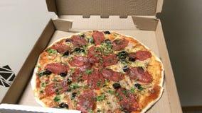 Geschmackvolle heiße Pizza aus dem Kasten heraus stock video footage