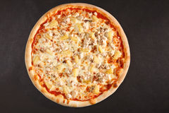 Geschmackvolle italienische Pizza mit Ananashuhn und -käse Lizenzfreie Stockfotos