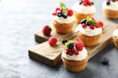 Geschmackvolle kleine Kuchen stockfotos