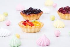 Geschmackvolle kleine Kuchen auf dem lokalisierten weißen Hintergrund Lizenzfreies Stockbild