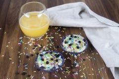 Geschmackvolle kleine Kuchen auf einem Holztisch stockfoto