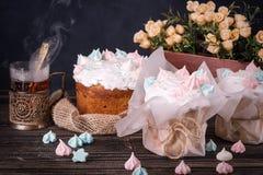 Geschmackvolle Kuchen des Baums und Tasse Tee auf einem dunklen Holztisch Lizenzfreies Stockfoto